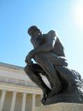 Perfil delantero lateral de la obra maestra el pensador por Rodin Imagen de archivo libre de regalías
