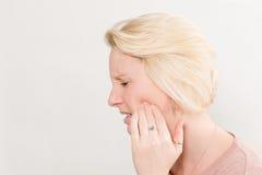 Perfil disparado da mulher com dor de dente no espaço da cópia da dor foto de stock