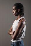 Perfil do homem negro novo resistente com dreadlocks foto de stock
