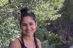 Perfil feliz, de risa de una mujer mexicana hispánica de América del español atractivo en naturaleza foto de archivo