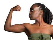 Perfil joven de la mujer negra que muestra el bíceps Fotos de archivo libres de regalías