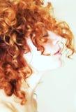 Perfil lateral de la mujer con el pelo rojo rizado Imagen de archivo libre de regalías