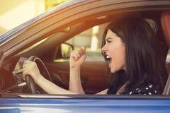 Perfil lateral de un conductor joven enojado Foto de archivo