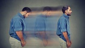 Perfil lateral de una transformación rechoncha triste joven del hombre en una persona delgada fotos de archivo libres de regalías