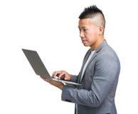 Perfil lateral do laptop do uso do homem de negócio imagem de stock royalty free