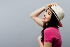 Perfil modelo femenino de risa dentudo feliz en sombrero de t Imágenes de archivo libres de regalías