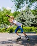 Perfilado del rodillo del adolescente en un parque del patín Imágenes de archivo libres de regalías
