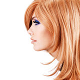 Perfile el retrato de la mujer bonita hermosa con los pelos rojos Fotografía de archivo