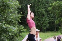 Perfile el retrato de la mujer deportiva joven feliz que se relaja en parque Fotografía de archivo