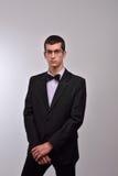 Perfile el retrato de un hombre joven de la moda con los vidrios en su negro Fotos de archivo libres de regalías
