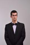 Perfile el retrato de un hombre joven de la moda con los vidrios en su negro Imagenes de archivo