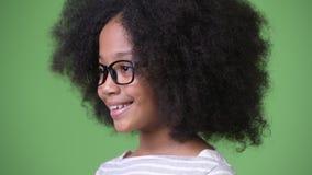 Perfile la opinión la muchacha africana linda joven con la sonrisa del pelo del Afro metrajes