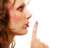 Perfile a la parte de la mujer de la cara con gesto de la muestra del silencio aislada Imagen de archivo libre de regalías