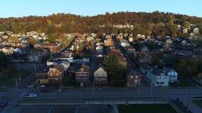 Perfile la vista de la pequeña ciudad típica de Pennsylvania en la puesta del sol metrajes