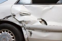 Perfile la vista de un coche abollado con un agujero fotografía de archivo libre de regalías