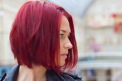 Perfile la vista lateral de una mujer pelirroja joven Imagen de archivo libre de regalías