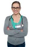 Perfile o tiro de um doutor fêmea ocasional seguro foto de stock