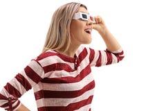 Perfile o tiro de uma jovem mulher com vidros 3D Imagens de Stock Royalty Free