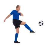 Perfile a opinião o jogador de futebol na bola de retrocesso azul isolada em w foto de stock