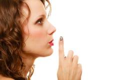 Perfile a parte da mulher da cara com gesto do sinal do silêncio isolada Fotografia de Stock