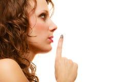 Perfile a parte da mulher da cara com gesto do sinal do silêncio isolada Imagens de Stock Royalty Free