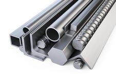Perfis de aço e montão das tubulações Armazém para o materi da construção fotos de stock royalty free