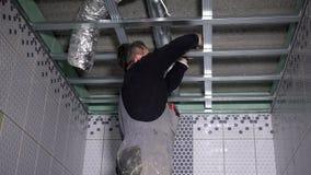 Perfis profissionais do teto do reparo do indivíduo video estoque