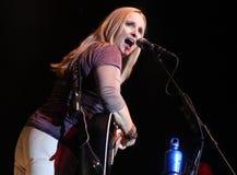 Perfoms de Melissa Etheridge no concerto imagens de stock