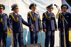 Perfoms militares del coro en etapa durante festival fotografía de archivo
