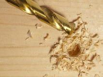Perforó un agujero en la madera. Imagen de archivo