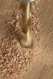 Perforación de un agujero en la paz de la madera Foto de archivo libre de regalías