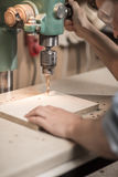 Perforación de un agujero en madera Foto de archivo