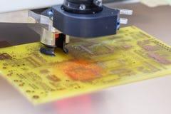 Perforación de una placa de circuito impresa Foto de archivo libre de regalías