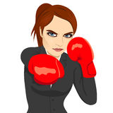 Perforación enojada del boxeo de la mujer de negocios lista para luchar Imagenes de archivo