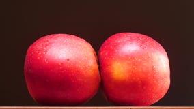 Perforance sexuel d'acte d'Abstaract avec des pommes sur le fond noir banque de vidéos