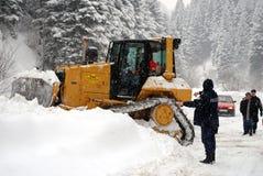 Perforando attraverso l'alta neve carica, Restelica il Kosovo Immagini Stock Libere da Diritti