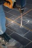 Perforando con il martello pneumatico Fotografia Stock