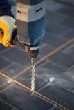 Perforando con il martello pneumatico Fotografie Stock Libere da Diritti