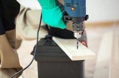 Perforando nella plancia di legno Fotografia Stock Libera da Diritti