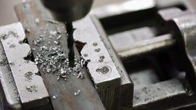 Perforando un pozzo in un pezzo di metallo stock footage