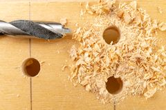 Perforare un pozzo in legno Trapano e compensato di legno in un'officina di carpenteria fotografie stock libere da diritti