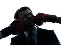 Perforateur d'homme d'affaires par la silhouette de gants de boxe photo stock