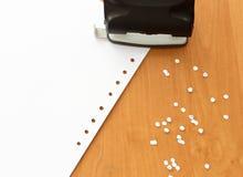 Perforateur de trou avec le papier Images libres de droits