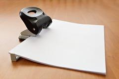 Perforateur de trou avec le papier Photo libre de droits