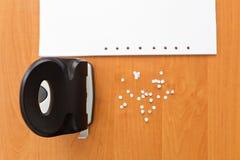 Perforateur de trou avec le papier et les confettis Photo stock