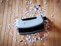 Perforateur de trou avec les confettis de papier Photos stock