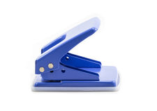 Perforateur de trou bleu de papier de bureau d'isolement sur le fond blanc Images libres de droits