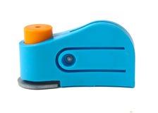 Perforateur de trou en plastique bleu d'isolement sur un blanc Image libre de droits