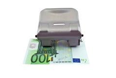 Perforateur de trou et euro billet de banque Photo stock