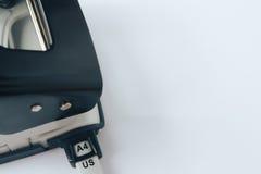 Perforateur de trou noir et gris de papier de bureau sur le fond blanc Photographie stock libre de droits